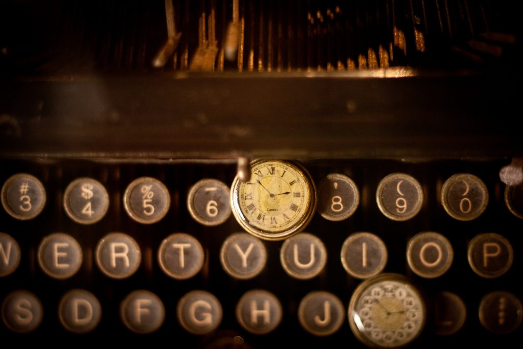 A picture of an old typewriter