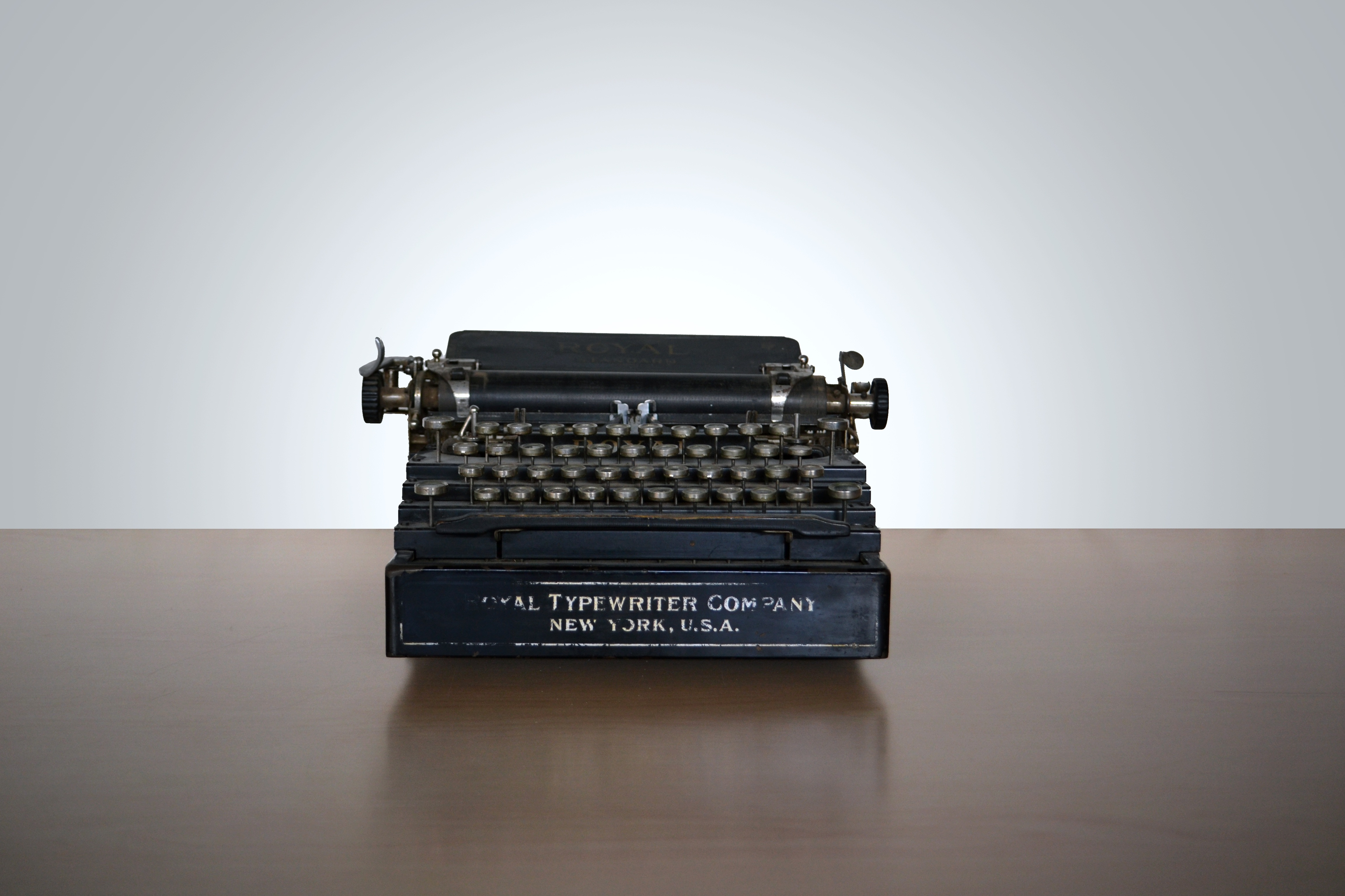 A picture of a vintage typewriter