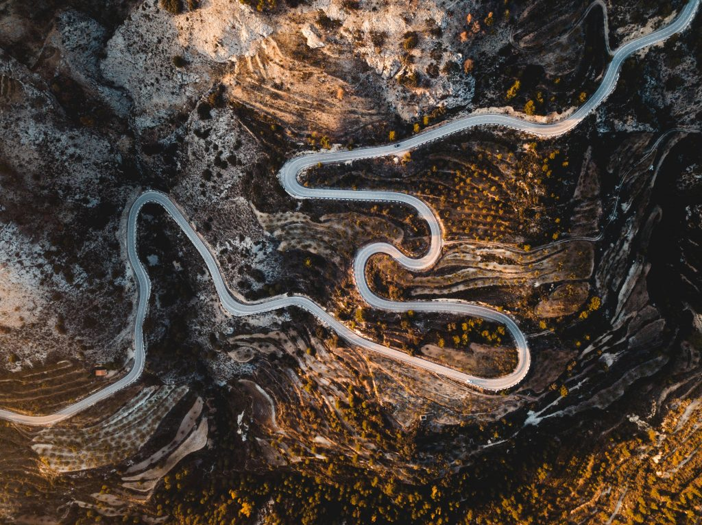 A picture of a winding road